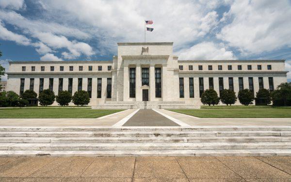 البنك الاحتياطي الفيدرالي يقطع سعر الفائدة